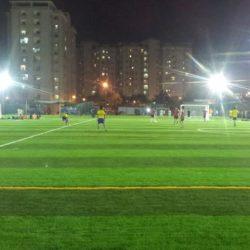 Trận chung kết bóng đá nhi đồng quận 5 gặp quận 10 trên sân cỏ nhân tạo tại TT Thành Long - Ảnh: DƯ HẢI