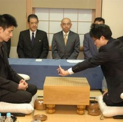 Honinbo Shukaku (trái) vs Sakata Eio trong trận tranh danh hiệu Honinbo lần thứ 16