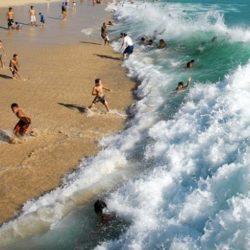 """Bí kíp giúp bạn thoát khỏi """"dòng nước tử thần"""" khi đi biển"""