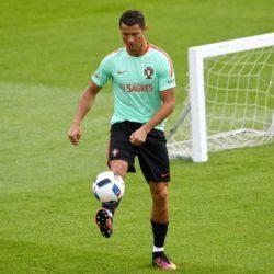 Những ngày gần đây, Cristiano Ronaldo và đồng đội tập nhẹ nhàng nhằm làm quen với thời tiết ở Pháp