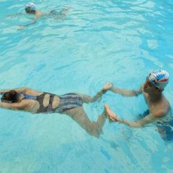 Làm sao để bơi nhanh và nhẹ trong kiểu bơi ếch?