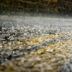 Không nên chạy bộ dưới trời mưa